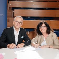 Luciana Vaccaro, retrice de la HES-SO, et François Abbé-Decarroux, directeur de la HES-SO Genève, signent le mandat de prestation qui lie la Haute école à la HES-SO