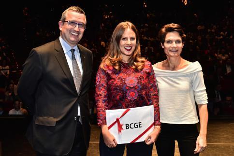 Célia Girardin reçoit le Prix BCGE, remis par Claude Bagnoud, membre de la Direction générale.