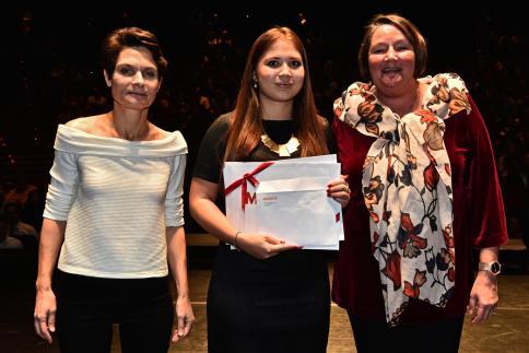 Barbara Gurtner reçoit le Prix Migros Genève, remis par Anne-Marie Gisler, responsable juridique et développement durable.