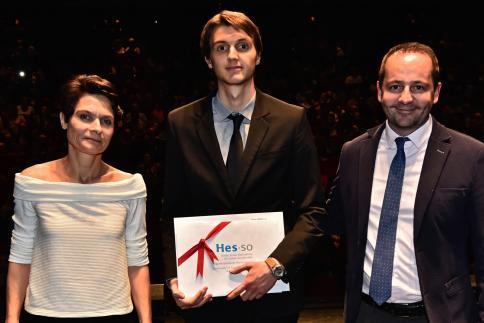 Luca Malerba reçoit le Prix HES-SO, remis par Laurent Bagnoud, responsable du Domaine Economie et Services.