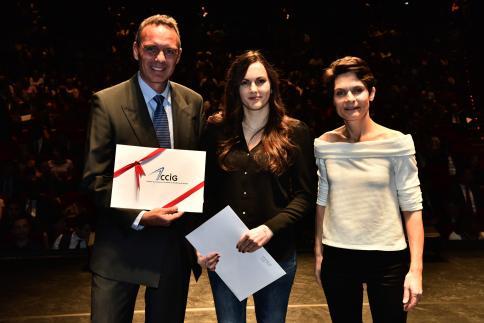 Tiffany Formaz reçoit le Prix CCIG, remis par Charles Lassauce, membre de la Direction.