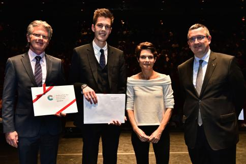 Nicolas Finsterwald reçoit le Prix BCGE, remis par Claude Bagnoud, membre de la Direction générale. Il reçoit également le Prix FER, remis par Marc Fesselet, responsable Qualité Formation.