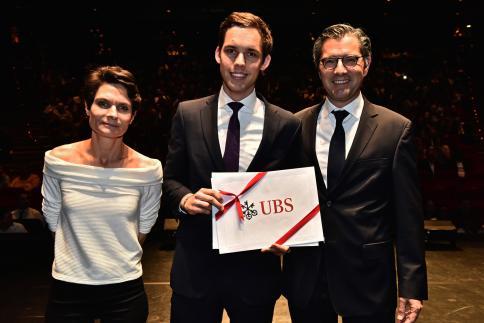 Philippe Girod reçoit le Prix UBS, remis par Nicolas Montandon, chargé d'enseignement à la HEG-Genève.