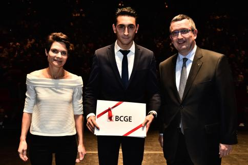 Aviv Merci reçoit le Prix BCGE, remis par Claude Bagnoud, membre de la Direction générale.