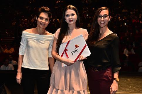 Ausra Stravinskaité reçoit le Prix PwC, remis par Vanessa Capeder, Senior Audit Trade.