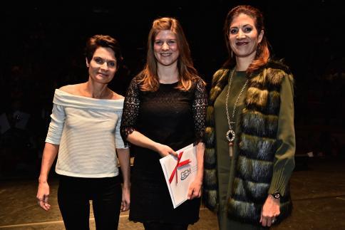 Tabea Estermann reçoit le Prix GEM, remis par Catherine Noël, responsable de la commission RH.