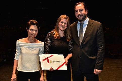 Tabea Estermann reçoit le Prix Ifchor, remis par Sandro Jelmini, CFO.