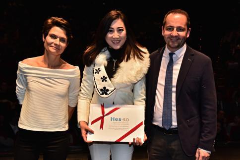 Ngai Wan Kwan reçoit le Prix HES-SO, remis par Laurent Bagnoud, responsable du Domaine Economie et Services.