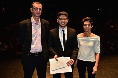Fabio Avelino Pereira reçoit le Prix IT-Awareness, remis par Fabien Lucchi, directeur.