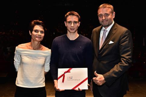 Nicolas Delbiaggio reçoit le Prix SZ Informatique, remis par Stephan Zwettler, directeur.