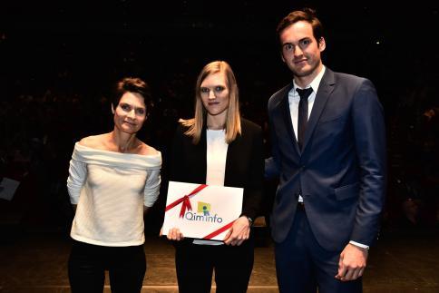 Lucille Guillerault reçoit le Prix Qim info, remis par Edouard Moussion, Manager.