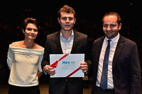 Jimmy Joan Paris reçoit le Prix HES-SO, remis par Laurent Bagnoud, responsable du Domaine Economie et Services.