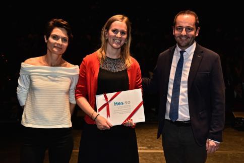 Léna Nyffenegger reçoit le Prix HES-SO, remis par Laurent Bagnoud, responsable du Domaine Economie et Services.