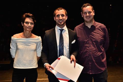 Julien Raemy reçoit le Prix Romand en Bibliothéconomie, remis par Christophe Riondel, président de l'AGBD.