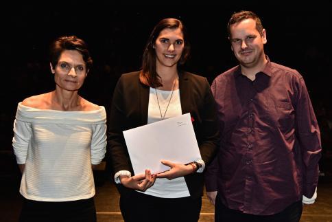 Anouk Santos reçoit le Prix Romand en Bibliothéconomie, remis par Christophe Riondel, président de l'AGBD.
