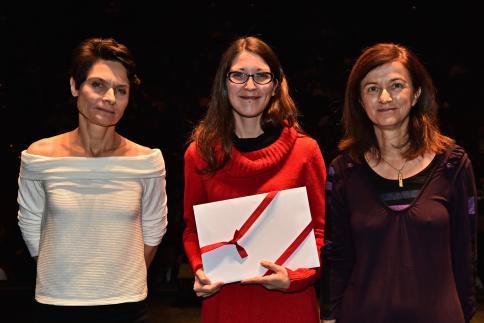 Anne-Catherine Villat reçoit le Prix AVA, remis par Fabienne Chatelan, représentante des Archives communales de Morges.
