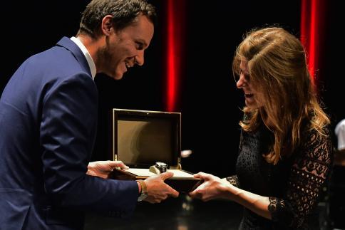 Tabea Estermann reçoit le Prix Baume & Mercier, remis par Florian Offerhaus, Brand Manager.