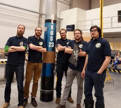Le team ARES-II devant la fusée REXUS/BEXUS