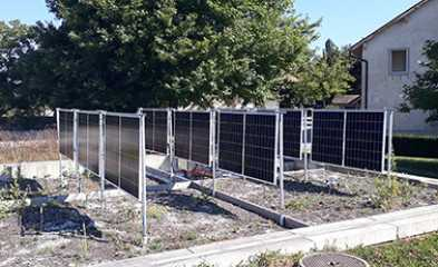 Photo panneaux solaires verticaux combinés avec toiture végétalisée